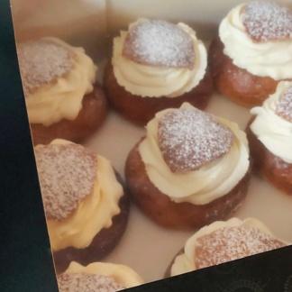 Semlor gevulde Zweedse koffiebroodjes. Negen in een taartdoos